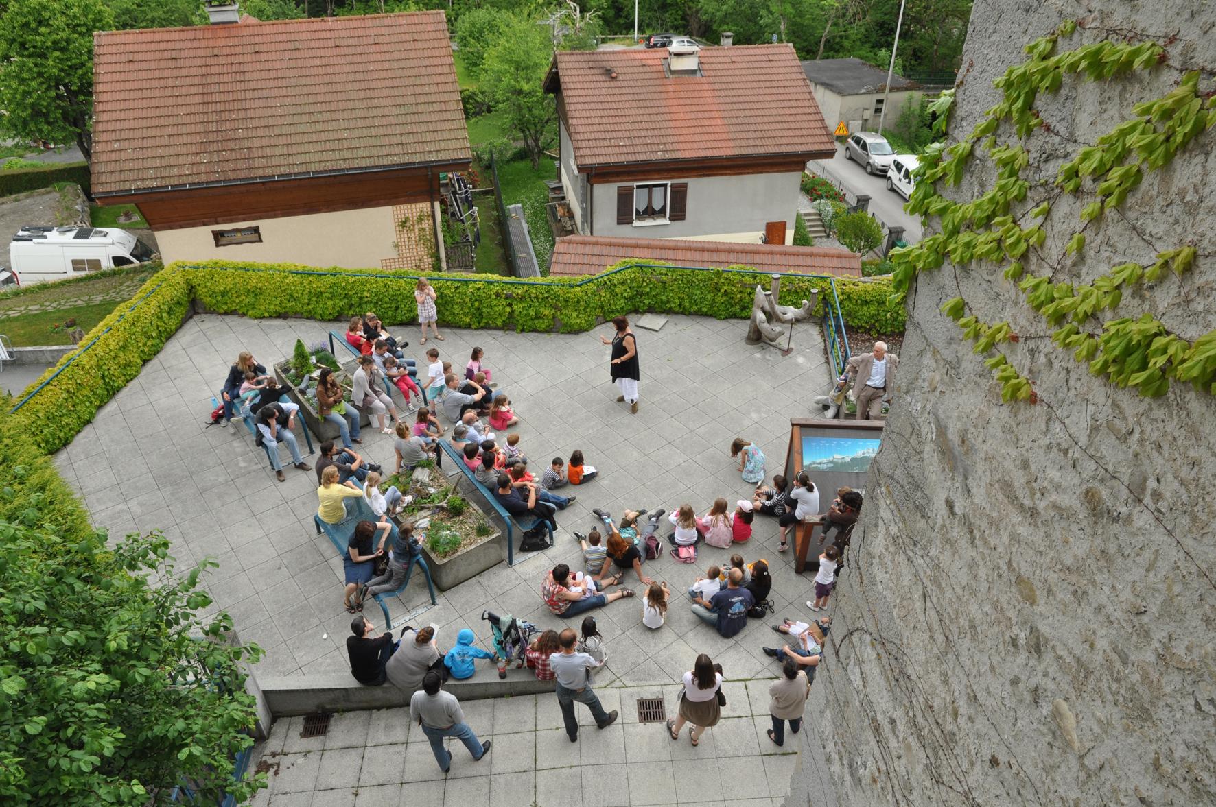 Animation sur la terrasse du château des Rubins, hôte du CNM à Sallanches ©CNM