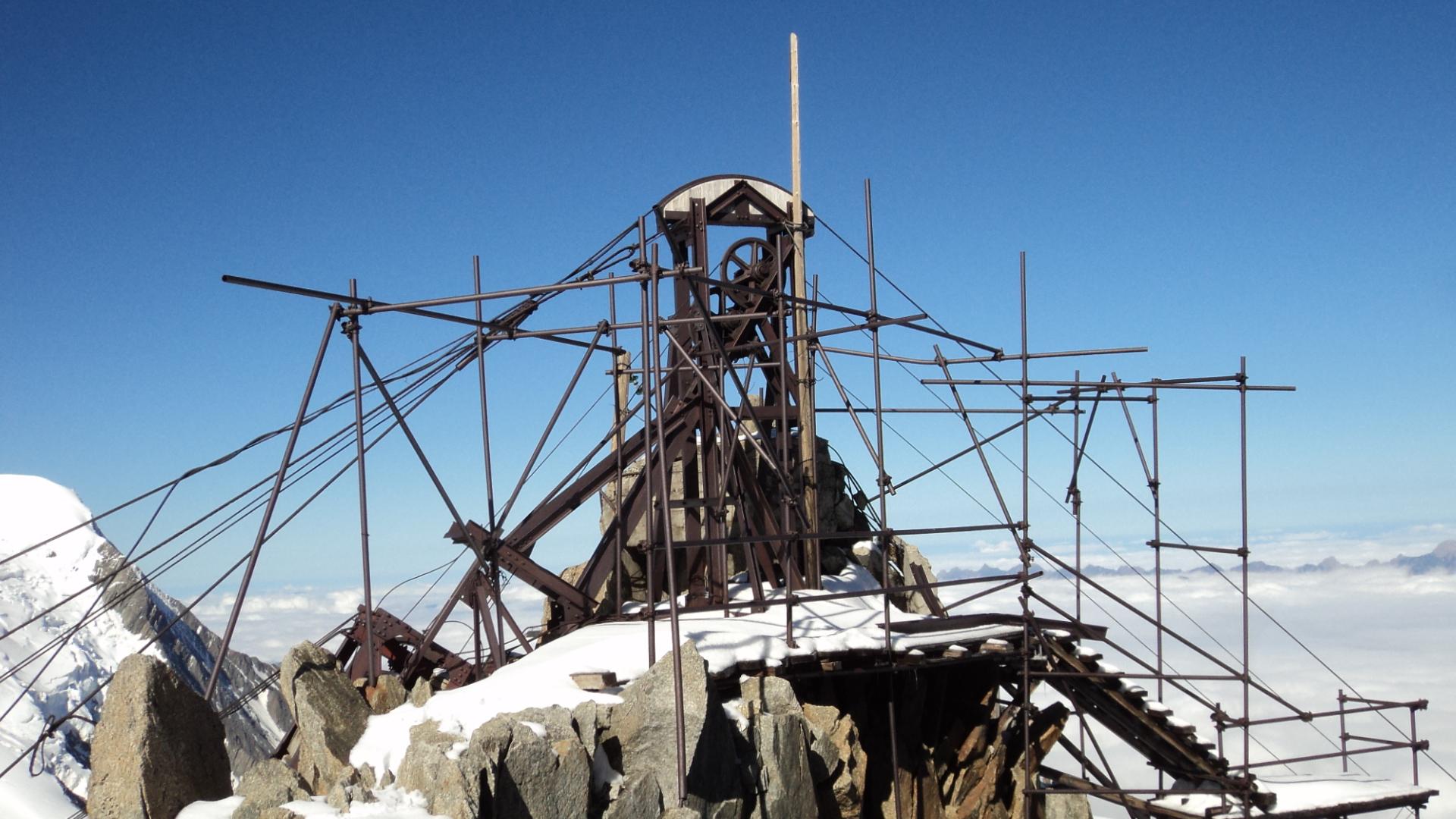 Démontage de la gare d'arrivée au col du Midi, abandonnée depuis 1948 !