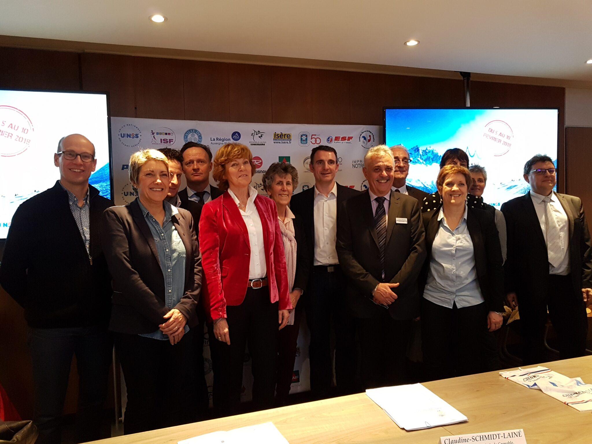 Les partenaires des ISF Winter Schools Games autour du recteur Claudine Schmidt-Lainé (veste rouge), de Laurent Petrynka, directeur national de l'UNSS et d'Eric Piolle, maire de Grenoble