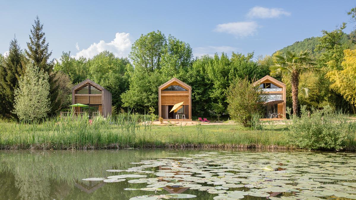 Les trois chalets construits à ce jour devant le petit étang de la propriété des Nids du Chat©Cecile Terrasse